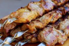 Зажаренное kebab варя на крупном плане протыкальника металла Зажаренное в духовке мясо сваренное на барбекю Стоковое фото RF
