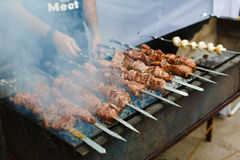 Зажаренное kebab на протыкальнике металла, барбекю Стоковые Изображения RF