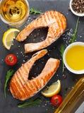 Зажаренное salmon и белое вино Стоковые Фотографии RF