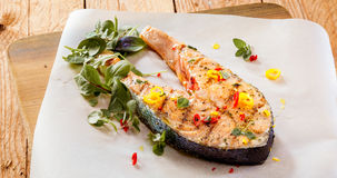 Зажаренное salmon филе с специями и травами Стоковое Фото