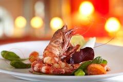 Зажаренное scampi с смешанным салатом и томатами вишни Стоковые Фотографии RF