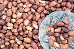 Зажаренные арахисы в малых стеклянном шаре и серии зажаренных в духовке плодоовощей арахиса как взгляд сверху предпосылки Стоковое Изображение