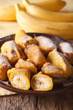 Зажаренные бананы взбрызнутые с напудренным концом-вверх сахара вертикально Стоковая Фотография RF