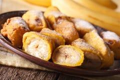 Зажаренные бананы взбрызнутые с напудренным концом-вверх сахара горизонтально Стоковое Изображение RF