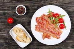 Зажаренные бекон, томаты, arugula и здравицы Стоковая Фотография RF