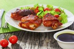 Зажаренные бедренные кости цыпленка с зеленым свежим салатом Стоковое Фото