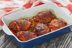 Зажаренные бедренные кости цыпленка с розмариновым маслом и специями Стоковые Изображения RF