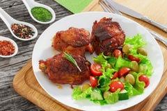 Зажаренные бедренные кости цыпленка с свежим салатом, концом-вверх Стоковое фото RF