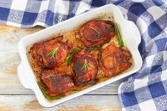 Зажаренные бедренные кости цыпленка marinated с розмариновым маслом и специями Стоковое Фото
