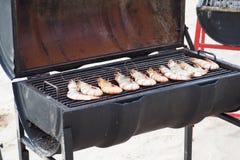 Зажаренные большие креветки на барбекю жарят для обедать стоковое фото
