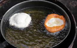 Зажаренные блинчики в лотке масла в еде улицы стоят Стоковое Фото