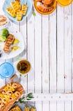 Зажаренные блюда плодоовощ и морепродуктов на деревянном столе Стоковое Изображение