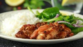 Зажаренные в духовке бескостные skinless бедренные кости цыпленка с рисом и зелеными овощами смешивают стоковое фото