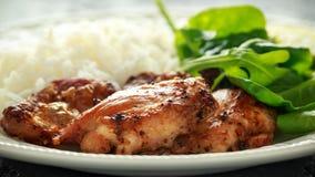Зажаренные в духовке бескостные skinless бедренные кости цыпленка с рисом и зелеными овощами смешивают стоковые фотографии rf