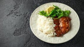 Зажаренные в духовке бескостные skinless бедренные кости цыпленка с рисом и зелеными овощами смешивают стоковое изображение rf