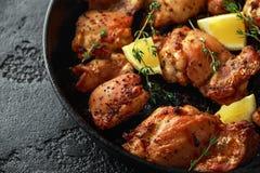 Зажаренные в духовке бескостные skinless бедренные кости цыпленка в шлихте лимона, который и тимиана служат в винтажном skillet л стоковое фото