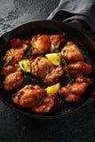 Зажаренные в духовке бескостные skinless бедренные кости цыпленка в шлихте лимона, который и тимиана служат в винтажном skillet л стоковые фото