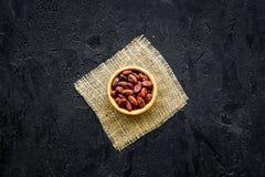 Зажаренные в духовке бобы кака на черном космосе экземпляра взгляд сверху предпосылки Сырье для бурого пороха Африканец или латин Стоковые Фото