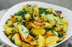 Зажаренные в духовке клин картошки на плите с фенхелем стоковое изображение