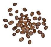 Зажаренные в духовке кофейные зерна, изолированные на белой предпосылке Стоковые Фотографии RF