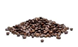 Зажаренные в духовке кофейные зерна, изолированные на белой предпосылке Стоковые Фото