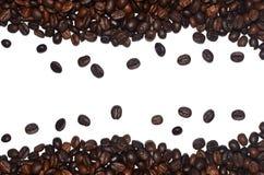 Зажаренные в духовке кофейные зерна как декоративная рамка изолированная на белой предпосылке Стоковое Фото