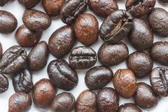 Зажаренные в духовке кофейные зерна на белом блюде Стоковое Изображение RF
