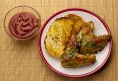 Зажаренные в духовке крыла и tosts цыпленк цыпленка на плите и кетчуп Стоковое Изображение