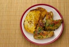 Зажаренные в духовке крыла и tosts цыпленк цыпленка на плите Стоковые Фотографии RF