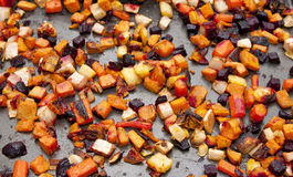 зажаренные в духовке лотком овощи корня Стоковые Изображения