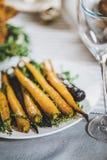 Зажаренные в духовке моркови на плите Стоковое Фото