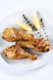 зажаренные в духовке ноги цыпленка стоковые изображения rf