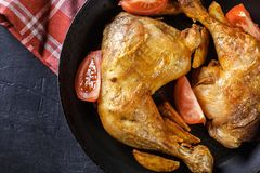 Зажаренные в духовке ноги цыпленк цыпленка с клин и томатами картошки Стоковые Фото