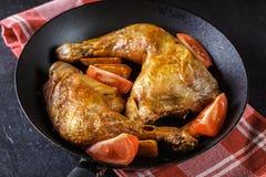 Зажаренные в духовке ноги цыпленк цыпленка с клин и томатами картошки Стоковое Изображение