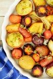 Зажаренные в духовке овощи корня от накладных расходов стоковое изображение