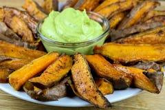 Зажаренные в духовке фраи сладкого картофеля сиропа клена Стоковая Фотография