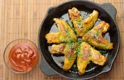Зажаренные в духовке winggs и tosts цыпленк цыпленка на лотке Стоковые Изображения