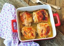 Зажаренные в духовке бедренные кости цыпленк цыпленка на деревянном столе Стоковое фото RF