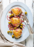 Зажаренные в духовке бедренные кости цыпленк цыпленка с оливками и красным луком Стоковое фото RF