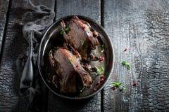 Зажаренные в духовке голуби с специями и перцем на темной предпосылке Стоковые Фото