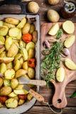 Зажаренные в духовке картошки с розмариновым маслом и чесноком Стоковые Изображения