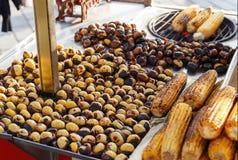 Зажаренные в духовке каштаны и мозоль для продажи в стойле рынка, Стамбул, стоковая фотография rf