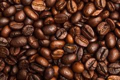 Зажаренные в духовке кофейные зерна близко вверх Взгляд сверху Стоковые Изображения RF