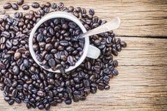 Зажаренные в духовке кофейные зерна в кофейной чашке Стоковые Фотографии RF