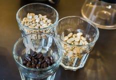 Зажаренные в духовке кофейные зерна в малом стекле Стоковые Фотографии RF