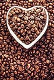 Зажаренные в духовке кофейные зерна в сердце сформировали шар на дне валентинки Ho Стоковая Фотография