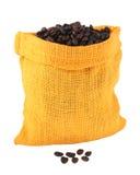 Зажаренные в духовке кофейные зерна в сумке джута Стоковое Изображение