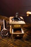 Зажаренные в духовке кофейные зерна, деревянная ложка и точильщик руки Стоковые Изображения RF