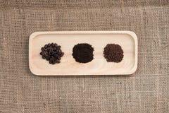 Зажаренные в духовке кофейные зерна, земной кофе и порошок кофе Стоковые Фото