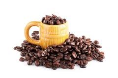 зажаренные в духовке кофейные зерна на белизне Стоковые Изображения